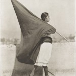 Tina Modotti (1896-1942) Woman with Flag, 1928 Tirage argentique, tirage 1976 par Richard Benson, 24,9 x 19,7 cm Museum of Modern Art (MoMA), New York Curtesy of Isabel Carbajal Bolandi © 2014. Digital image, The museum of Modern Art, New York/Scala, Florence