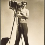 Margaret Bourke-White (1904-1971) Self-portrait with camera, (Autoportrait à la camera) Tirage argentique, 34.9 x 22.7 cm Los Angeles County Museum of Art (LACMA), Los Angeles © Digital Image Museum Associates/LACMA/Art Resource NY/Scala, Florence
