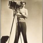 Margaret Bourke-White (1904-1971) Self-portrait with camera, (Autoportrait à la camera) Tirage argentique, 34.9 x 22.7 cm Los Angeles County Museum of Art (LACMA), Los Angeles © Digital Image Museum Associates/LACMA/Art Resource NY/Scala, Florence