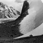 Ella Maillart (1903-1997) Descente du col de Djengart à la frontière de la Chine. Kirghisie Tirage argentique, 26 x 39 cm Lausanne, Musée de l'Elysée © Musée de l'Elysée, Lausanne /Fonds Ella Maillart