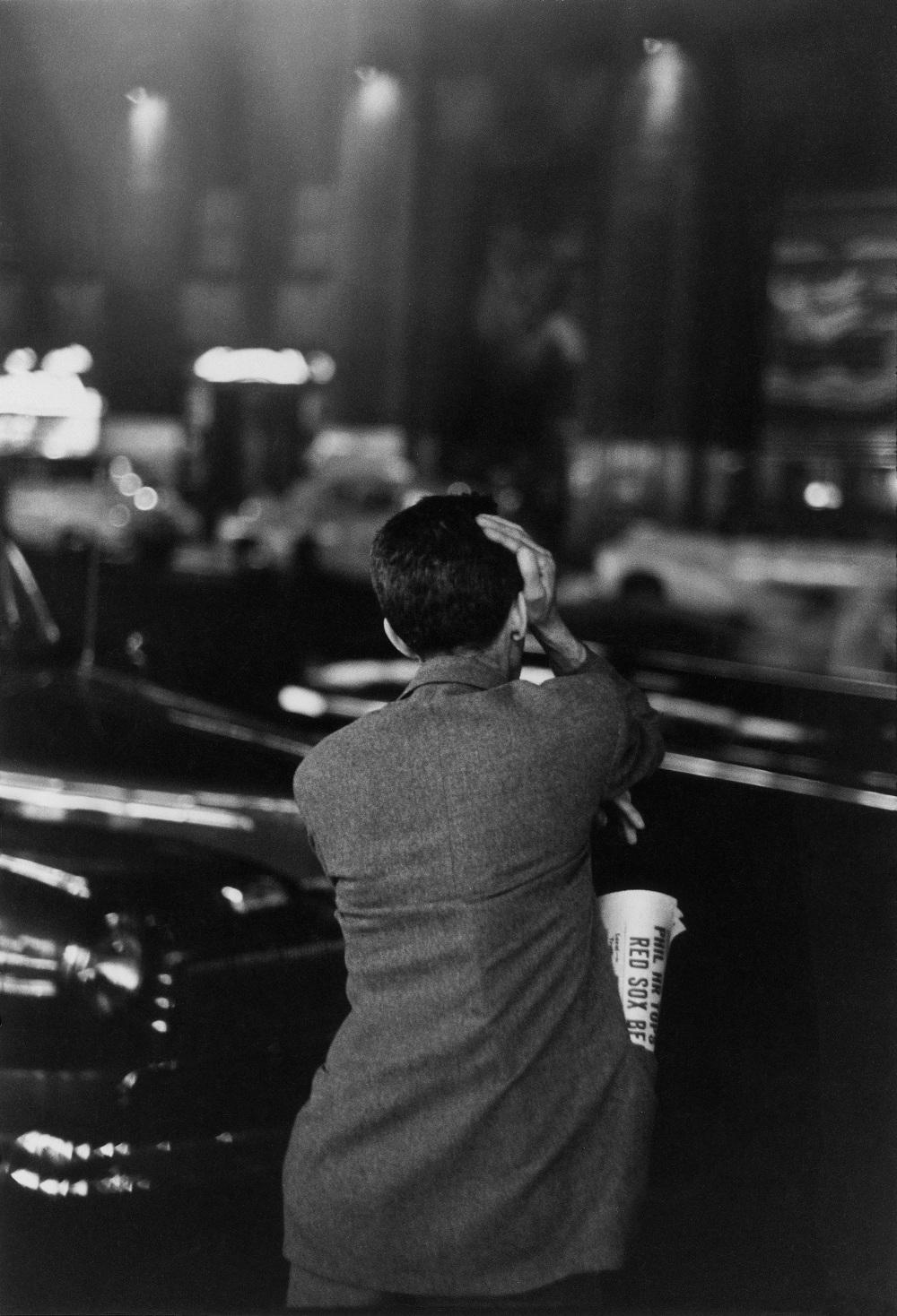 Chômeur observant le Rockefeller Center, New York1947© Louis Faurer Estate