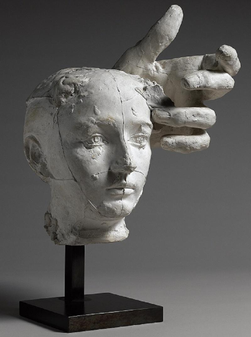 Auguste Rodin, Masque de Camille Claudel et main gauche de Pierre de Wissant, vers 1895, plâtre ; 32,1 x 26,5 x 27,7 cm, Paris, musée Rodin. Donation Rodin, 1916 © Musée Rodin (photo Christian Baraja)