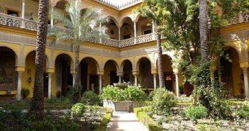 © Wikipedia Benjamín Núñez GonzálezPatio_central_del_Palacio_de_las_Dueñas_de_Sevilla,_España