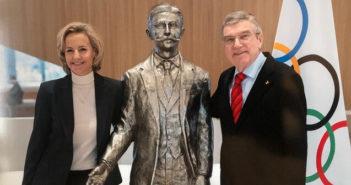 ©Alexandra de Navacelles avecTomas Bach, Président du CIO, à côté de la statue de Pierre de Coubertin
