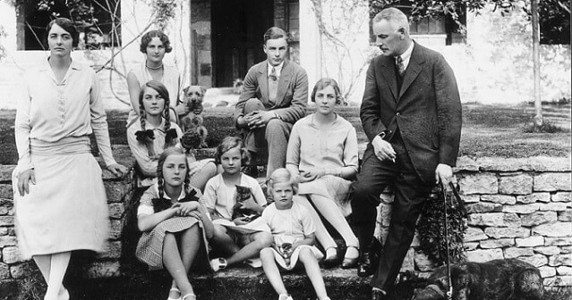 ©Par Auteur inconnu — http://i.telegraph.co.uk/multimedia/archive/03051/mitford-family_3051013k.jpg, Domaine public, https://commons.wikimedia.org/w/index.php?curid=65679751