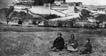 ©Alexandra David-Neel et Yongden devant le Potala en 1924 - Wikipedia