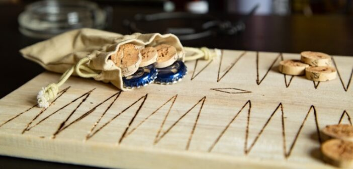 ©️ Mucem - Gaëtan Arrondeau - Jeu de backgammon sur planche à découper, photographie numérique, 2020